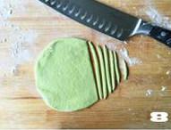 【向日葵面点】,菠菜面团揉匀,擀成面皮,切成条状。