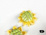 【向日葵面点】,纵横交错排在白色面团上,形成网格状,点缀黑芝麻进行二次发酵。