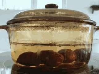 宝宝辅食:栗子红枣粥—喝一碗,热乎乎,营养暖胃又舒心!10M+,将栗子凉水入锅,煮熟煮软,差不多要煮到20-25分钟。 》也可以用蒸的,小芽个人比较喜欢用煮的,煮的口感更润。 》因为煮的时间比较久,一定要多放点水,不然一下子就煮干了。