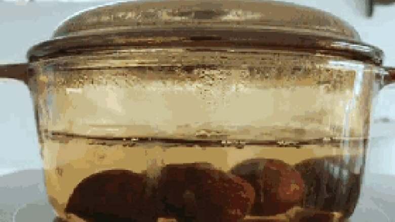 宝宝辅食:栗子红枣粥—喝一碗,热乎乎,营养暖胃又舒心!10M+,将<a style='color:red;display:inline-block;' href='/shicai/ 667'>栗子</a>凉水入锅,煮熟煮软,差不多要煮到20-25分钟。 》也可以用蒸的,小芽个人比较喜欢用煮的,煮的口感更润。 》因为煮的时间比较久,一定要多放点水,不然一下子就煮干了。