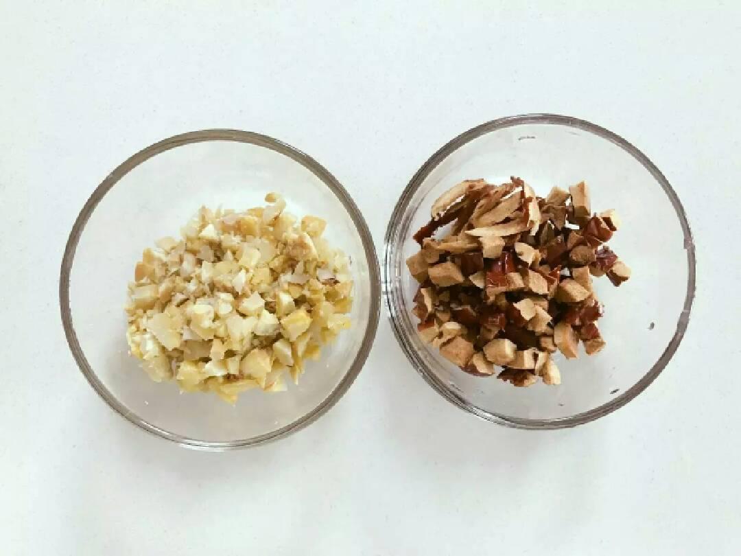 宝宝辅食:栗子红枣粥—喝一碗,热乎乎,营养暖胃又舒心!10M+,将红枣去核切丁,和栗子肉放一起备用。</p> <p>》可以将红枣去皮,把红枣蒸一下就很好去皮了哈。