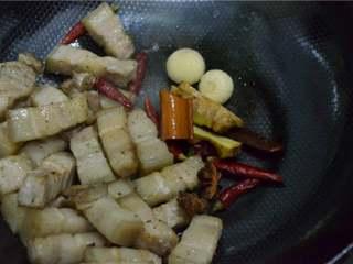 红烧肉,放入准备好的香料继续翻炒。