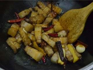 红烧肉,翻炒均匀,使肉块粘裹上糖色或者酱油。