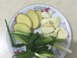 大骨汤,另外准备一些姜片、蒜片、小葱。