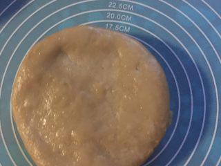 自制乡间粘米糕,和匀后,倒入不锈钢碗里,隔水蒸,蒸好后,冷切。切片