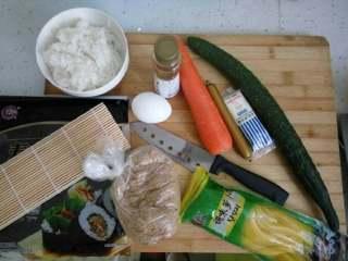简单寿司,材料都准备好,这次没放萝卜条,喜欢的可以放