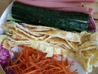 简单寿司,黄瓜,火腿肠切条,鸡蛋做鸡蛋饼后切条,胡萝卜切丝