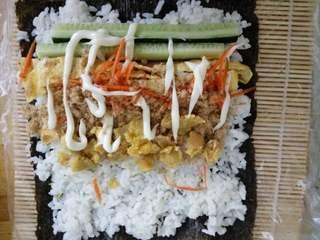 简单寿司,放上沙拉酱