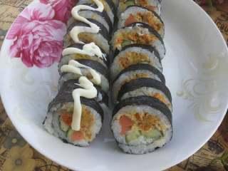 简单寿司,卷起来,用刀切好