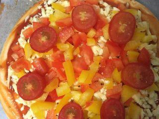 海鲜披萨,再把彩椒和圣女果铺上