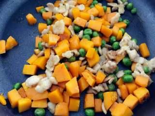 宝宝辅食:南瓜苹果炊饭,下南瓜丁和甜豌豆,翻炒至南瓜变软,小芽中火大概翻炒了5-6分钟左右。