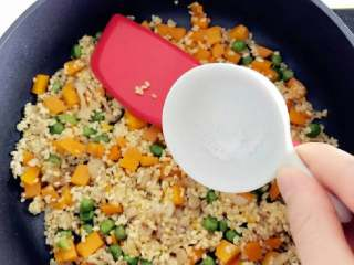 宝宝辅食:南瓜苹果炊饭,加少许盐调味,并翻炒拌匀。
