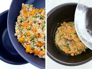 宝宝辅食:南瓜苹果炊饭,把步骤6中炒好的大米混合物放入电饭锅,倒入300g水(大米:水=1:3),并且翻拌均匀,按下电饭锅煮饭模式就可以了。 》煮饭期间,把苹果去皮切丁备用,米饭煮好前10分钟再处理即可,不然容易被氧化。