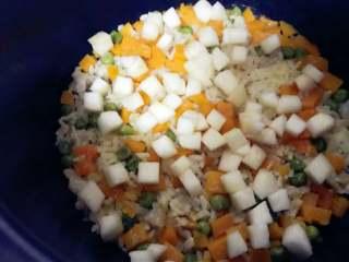 宝宝辅食:南瓜苹果炊饭,离煮好还有8分钟左右,在上面均匀撒上苹果丁。 》也可以等米饭煮好后再加入苹果丁,然后重新按下煮饭模式5-8分钟断开,这样可能还会有一些锅巴。