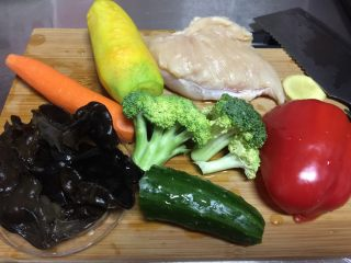 彩虹鸡丝大拌菜,食材准备好洗干净备用