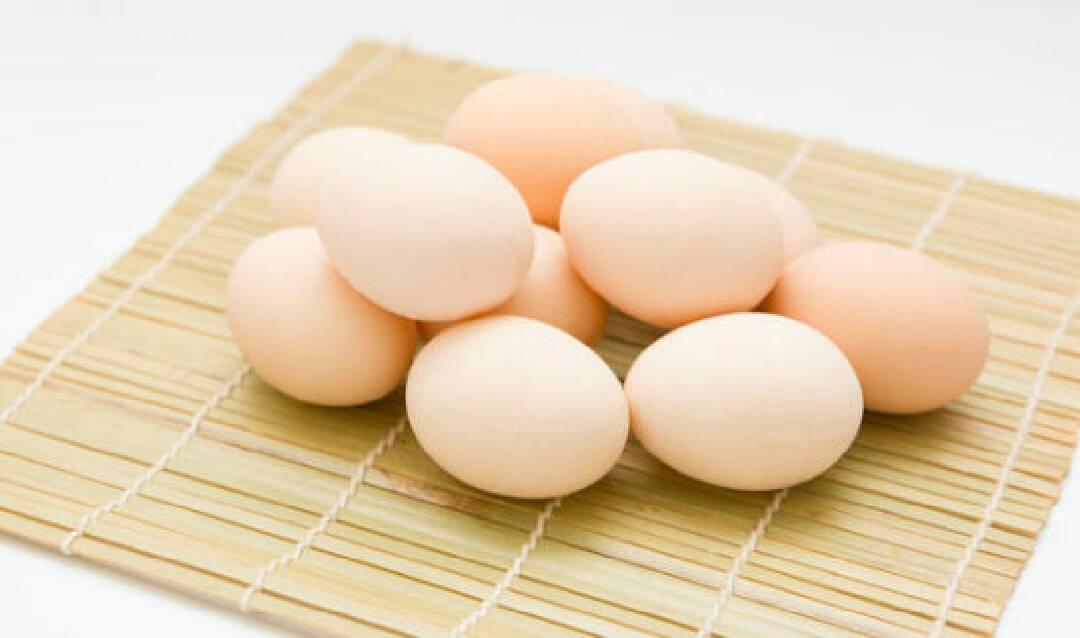 宝宝辅食:面条烘蛋,小芽营养问答</p> <p>婴幼儿吃鸡蛋注意事项:</p> <p>婴幼儿正处于迅速生长发育的时期,需要营养丰富的完全蛋白质,鸡蛋是天然食物中含最优良蛋白质的食品。</p> <p>1-2岁的宝宝,每天需要蛋白质40克左右,除普通食物外,每天添加1-1.5个鸡蛋就足够了。</p> <p>ps:下面食谱配方中用了3个鸡蛋,做的量比较多的,做给宝宝吃不需要这么多哈。