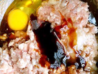 鲜肉大葱小笼包,猪肉剁成肉泥,加鸡蛋,料酒,生抽,蚝油,糖,盐,鸡精,五香粉,香麻油,花生油拌匀,顺着一个方向搅拌上劲。