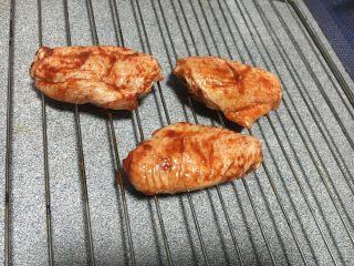 蜜汁酱料烤翅,把鸡翅放在烤架上