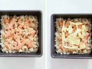宝宝辅食:三文鱼鸡肉米披萨,然后铺上三文鱼片,最后在上面撒一层薄薄的芝士。