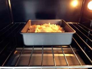 宝宝辅食:三文鱼鸡肉米披萨,放入烤箱,一直考到芝士变金黄色即可。 》小芽用180度(提前预热8-10分钟),上下火,烤了大约12-15分钟。大家根据自己烤箱情况看时间哈,不要烤太久,不然米饭会变硬。