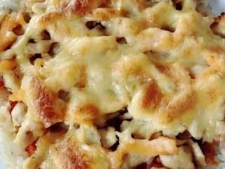 宝宝辅食:三文鱼鸡肉米披萨,烤完取出,三文鱼鸡肉,口感丰富,刷了一层番茄酱,酸酸甜甜,加了芝士奶香味也十足。