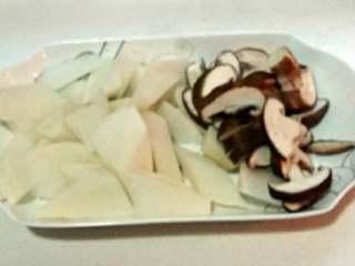 羊肉+羊骨头萝卜汤,萝卜洗净切块,香菇洗净后切片。
