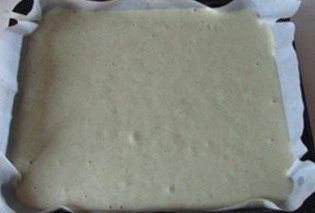 体会不一样的口感----绿茶蛋糕面包,倒入所需要的模具中, 放如烤箱前先振动两下;