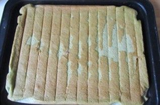 体会不一样的口感----绿茶蛋糕面包,烤好后拿出来倒扣,稍凉后揭去烘烤布;