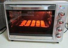秋意浓,坚果香----松子饼干,放入预热好的烤箱里,中层上下火180度,约15分钟左右烤至表面金黄即可;