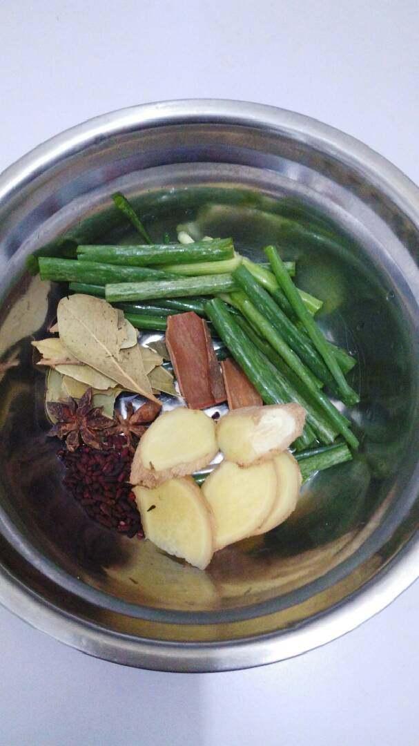 花生烧猪蹄,輔料:葱姜、桂皮、八角、香叶、红曲米等。