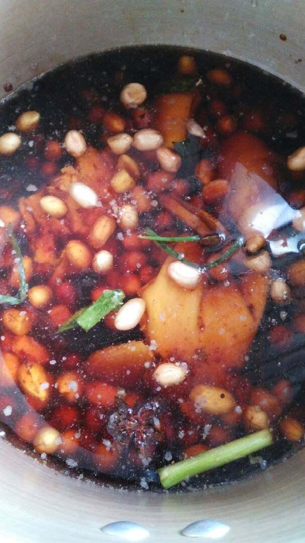 花生烧猪蹄,起锅猪蹄、花生,辅料,调料等下锅,加水,盖上锅盖,高压锅开锅后,加压20分钟。