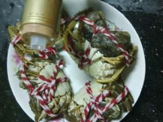 清蒸大闸蟹,刷干净的大闸蟹放盘里肚子朝上,倒点白酒