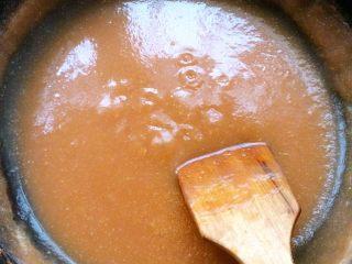 消食开胃山楂膏,开始开大火熬,整个熬煮的过程大概在30分钟以上中途不停的搅拌,根据锅内沸腾的情况适时加冰糖把火调成中火、小火,最后加白糖。