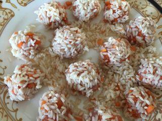 糯米丸子,把混在一起的红萝卜肉末揉成圆,在糯米碗里滚一圈,放蒸笼里蒸