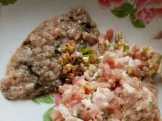 藕饼,调料自己加,这个没特色,可以咸一点,肉沫最好自己剁,绞肉机搅出来的碎末说实话真的很难吃,剁的肉多少有点颗粒感