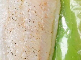 法风煎鱼排沙拉,解冻,用厨房纸沾干,盐,黑胡椒,百里香,少于洋葱沫,柠檬🍋挤汁,均匀涂抹,腌制20分钟。一定要用柠檬汁,保证一点腥味都没有。