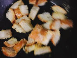 法风煎鱼排沙拉,法棍切丁用黄油煎炒一下,温度一定要低,黄油太容易糊啦。
