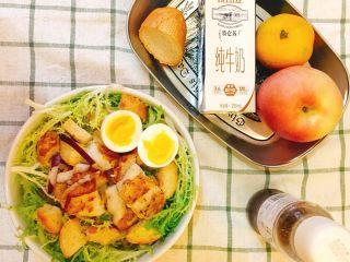 法风煎鱼排沙拉,淋上大蒜油醋汁,开动。有时候不想做油醋汁,直接就用丘比沙拉汁也挺好的。