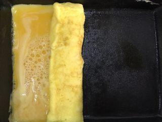 日式玉子烧,轻轻把鸡蛋卷起来(正确是把气孔都要扎掉,我着急所有没扎)