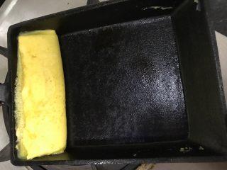 日式玉子烧,卷好推到一边后加入另一半鸡蛋液