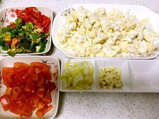 健康素菜 素炒花菜,1.备齐所用菜的材料 2.将花菜放入锅中煮2分钟、同时加少量的盐、让花菜入味