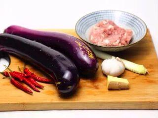 肉末茄子,准备食材。长茄子2根、肉馅200克、小红辣椒适量、葱姜蒜适量。