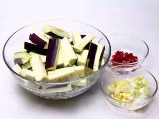 肉末茄子,将茄子切成4-5厘米长的条,小红辣椒切段,葱姜蒜切末备用。