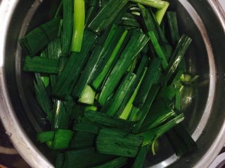 蒜苗炒肉,蒜苔洗净,切段备用