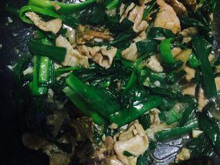 蒜苗炒肉,炒得差不多的时候放入适量的盐即可出锅啦