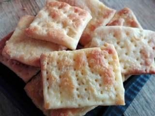 不用烤箱的酥脆饼干,冷锅少许冷油,小火加至微热,将面皮挨个放入锅中,煎好一面煎另一面,直至出锅即可