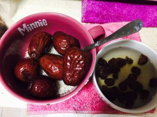 桂圆红枣粥,大米淘洗干净,红枣洗干净,桂圆泡一会,不要泡太久,以免甜味流失