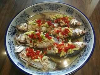 酒糟蒸鲫鱼,放入盐、糖、剁椒、油并加入适量水。