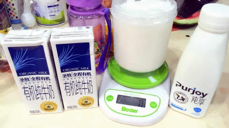 自家做的酸奶最好喝——面包机酸奶机适用,酸奶准备浓一些的比较好,加入59g的酸奶搅拌均匀