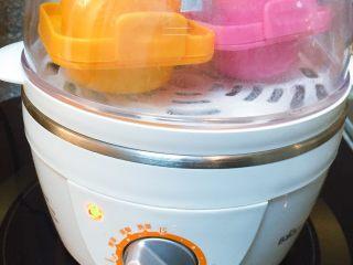 ⚜彩虹肉丸子🍡,家里有蒸蛋器的可以把模具放到蒸蛋器里蒸10-15分钟